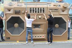 Le gigantesque Ghettoblaster en carton  conçu par l'artiste allemand Bartek Elsner  Pour la marque Mini