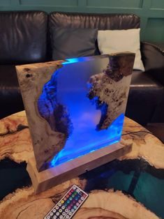 Wood Resin Table, Epoxy Resin Table, Epoxy Resin Art, Diy Resin Lamp, Diy Resin Crafts, Wood Crafts, Handmade Bedside Tables, Colored Epoxy, Resin Furniture