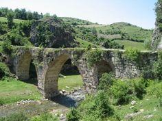 Kurt köprü/Vezirköprü/Samsun/// Tekkekıran köyüne 3 km. mesafede olan ve İstavroz çayı üzerinde yer alan Kurt Köprü bir yüksek ayak üzerine iki büyük sivri kemerli gözden oluşmuştur. İki kemer arasında ve yanlarında olmak üzere sivri kemerli pencere şeklinde toplam üç adet kemer bulunmaktadır.