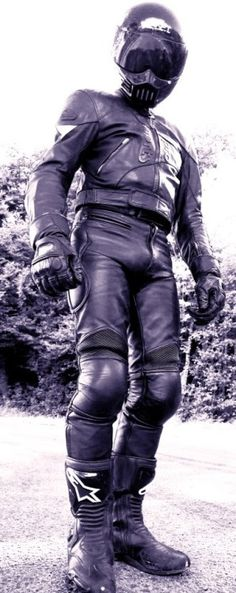 Enges, schwarzes Leder, was will Mann mehr ! Nazis und Schwulenhasser sind hier unerwünscht.