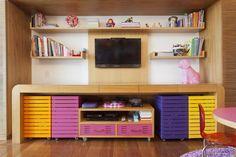 Rosa, amarelo e roxo tingem a marcenaria dessa brinquedoteca. Aqui, tudo fica exposto, acessível e organizado. Projeto de Flavia Martins e Sabrina Canto.