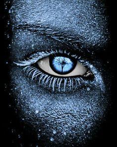 Reflections in a sky-blue eye. ~image via Viola Loreti, FB