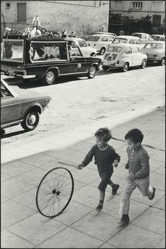 Henri Cartier-Bresson Palermo. Sicilia. Italia (1971)  Ah, life and death, in opposite directions