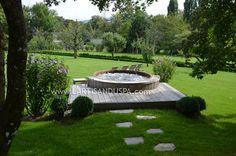 Spa en bois extérieur grand jardin / jacuzzi naturel dans estrade bois Outdoor wooden hot tub - Natural look - Partly recessed in wood decking
