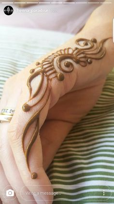 Tattoos are permanent in nature and are as difficult to remove as they are to have inked. This is the reason why henna tattoos have come up as a feasible replacement for traditional tattoo art. Henna Tattoo Designs Simple, Finger Henna Designs, Beginner Henna Designs, Mehndi Designs For Girls, Modern Mehndi Designs, Mehndi Design Pictures, Beautiful Mehndi Design, Mehandhi Designs, Mehndi Images