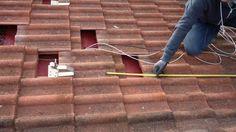 Photovoltaik selber montieren - Die Aufdachmontage in Eigenregie @ diybook. Diy, Solar Roof Tiles, Tejidos, Camper Interior, Solar Installation, Electrical Installation, House And Home, Remodels, Build House