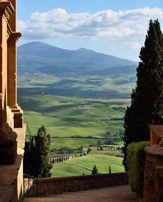 The beautiful hillside of Pienza.what a glorious arcadian landscape to get lost in. Nature Aesthetic, Travel Aesthetic, Aesthetic Vintage, Beautiful World, Beautiful Places, Places To Travel, Places To Visit, All Nature, Pretty Pictures