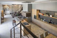 Cuisine moderne Rénovation d'un espace de vie dans le style industriel, tout en gardant l'authenticité et la lumière des pierres apparentes.