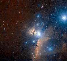 Nébuleuse de la flamme La nébuleuse de la flamme, au centre de l'image, une région d'hydrogène ionisé par le rayonnement ultraviolet de l'étoile Alnitak qui fait partie de la ceinture d'Orion dans la constellation du même nom. Cette région de l'espace contient de nombreuses autres nébuleuses à émission (comme la nébuleuse de la tête de cheval visible sur l'image) qui forment ensemble le nuage ou le complexe d'Orion. Crédit : ESO and Digitized Sky Survey 2