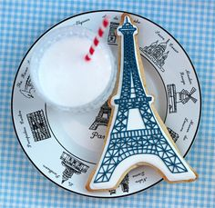 Throwing a Glamour Girl or Paris themed Party? Let your tastebuds travel to France with these Eiffel Tower sugar cookies decorated with royal icing. Our fabulous contributor, Marian from Sweetopia, is showing us how to make them! Cupcakes, Cupcake Cookies, Sugar Cookies, Cupcake Party, Macaroons, Rachel Khoo, Parisian Party, Cookie Videos, Royal Icing Decorations
