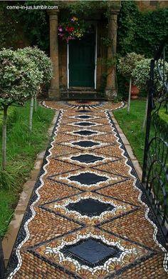 Vereda de piso de mosaico.