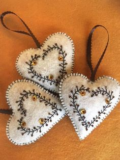 Elegant Felt Heart Ornament Gift Decoration - Basteln u. Embroidery Hearts, Felt Embroidery, Felt Applique, Christmas Embroidery, Felt Christmas Decorations, Felt Christmas Ornaments, Diy Ornaments, Beaded Ornaments, Glass Ornaments