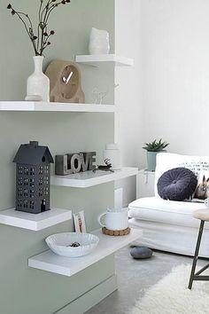 Wauw! Wat je met een paar planken aan de muur al kunt bereiken. Plaats er leuke accessoires op en creëer een gezellige hoek in de woonkamer!