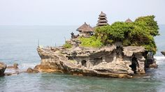 Le Tanah Lot temple - Sans doute le temple le plus populaire de Bali. Il est situé au sud de l'île et a été construit au sommet d'un promontoire rocheux surplombant la mer. Edifié au XVIème siècle, voici l'un des édifices religieux les plus importants de Bali.