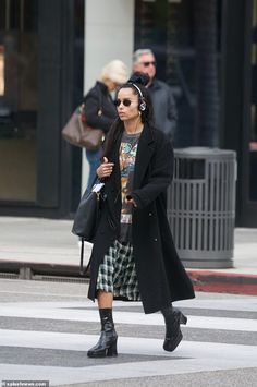 Zoe Kravitz rocks a Tupac tee-shirt and headphones while shopping - - Zoe Kravitz stepped out with a unique ensemble and some tunes during an outing in Beverly Hills on Tuesday. The actress was spotted crossing the street on Rodeo Drive. Mode Outfits, Fashion Outfits, Fashion Tips, Fashion Quotes, Modest Fashion, Looks Style, Style Me, Zoe Kravitz Style, Lenny Kravitz
