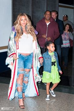 Beyoncé, Jay Z, and Blue Ivy attend the 2017 NBA All-Star Game on February 2017 in New Orleans, Louisiana. Blue Ivy Carter, Beyonce Knowles Carter, Beyonce And Jay Z, Beyonce Pics, Beyonce Quotes, King B, Beyonce Family, All Star, Beyonce Style