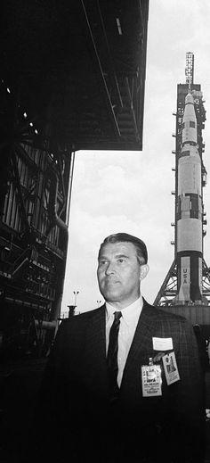 Im Vorne des Bilds steht Werner von Braun , dahinten Saturn-V-Rakete . Dr. Werner von Braun, father of the Apollo moon rocket technology.