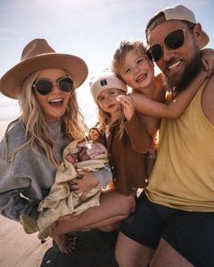 Frankie's First Trip to the Beach - Barefoot Blonde by Amber Fillerup Clark Cute Family, Baby Family, Family Goals, Family Life, Family Of 6, Beautiful Family, Family Picture Outfits, Mom Outfits, Casual Outfits
