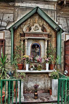Napoli, edicola sacra al tondo di Capodimonte