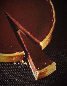 Une douce ganache au chocolat noir et au chocolat au lait, moelleuse et fondante, sur un fond de pâte sucrée. Divin ! Pour cette tarte au chocolat, le chef vous propose une pâte sucrée aux légers parfums d'amande, de citron et de vanille. Idéale également, pour exhausser les arômes des fruits dans les tartes. #tartechocolat #conticini #chocolat #dessert