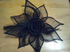 tocado flor negra  sinamay y plumas a mano