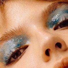 No need to be jelly via @gracegraceahn #mua #closeup #eyemakeup #shinyeyes #blueeyes #mua #makeupartist #glossylids #makeupaddict #makeupinspo #partylook #partyinspo #bestofbeauty #texture #beautyeditorial #texture #eyeconic
