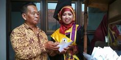 RiauJOS.com, Magelang  -Jalaludin, 55 tahun, seorang penjual sate ayam keliling, yang menyaksikan anaknya diwisuda dengan nilai tertinggi...