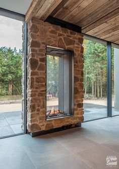 Kamin Lawn Care Tips A beautiful lawn does not come without some effort. Home Fireplace, Modern Fireplace, Fireplace Design, Fireplace Glass, Dream Home Design, House Design, Indoor Outdoor Fireplaces, Outdoor Rooms, Backyard Renovations
