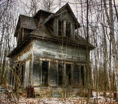 Abandoned house, Bethlehem, New Hampshire.about 30 minutes away, from where I live in Vermont! Old Abandoned Buildings, Abandoned Property, Old Buildings, Abandoned Places, Abandoned Castles, Scary Places, Haunted Places, Real Haunted Houses, Old Mansions