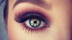 Voici comment trouver la teinte parfaite pour maquiller vos yeux en fonction de la couleur de votre iris, et ainsi avoir un regard à tomber.