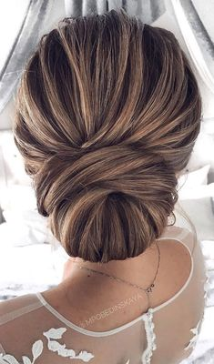 Minimalist updo Whether you choose to wear a pearl headband, fancy hair clip or long veil and earrings this simple updo would fit all. Check out these fabulous hairstyle ideas to get you started. Bridal Hair Updo With Veil, Bride Hairstyles With Veil, Updo With Headband, Hairdo Wedding, Long Hair Wedding Styles, Wedding Hairstyles For Long Hair, Wedding Hair And Makeup, Long Hair Styles, Pearl Headband