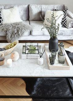 »1 Couchtisch, 2 Looks« Passende Kissen – Samt für den Glamour-Faktor, Schwarzweiß-Prints plus Fell für Skandi-Flair – und auch Ihr Sofa ist stilistisch abgestimmt