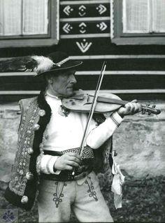 Žlobcoky. Muzikant M. Pitoňák, Ždiar (okr. Poprad), 70. roky 20. storočia. Foto T. Szabó.
