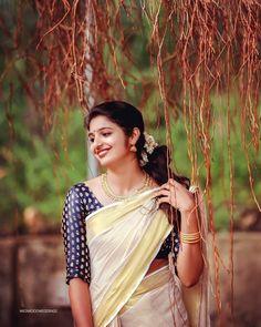White Saree, Blue Saree, Kerala Traditional Saree, Set Saree, Preety Girls, Kerala Bride, Saree Poses, Costumes Around The World, Kerala Saree