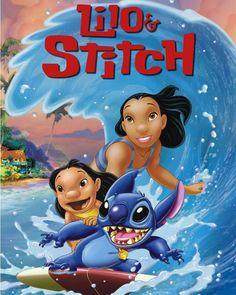 Lilo e Stitch Lilo (Daveigh Chase) é uma pequena garota havaiana de 5 anos que adora cuidar de animais menos favorecidos e vive com sua irmã Nani (Tia Carrere). Lilo tem o costume de coletar lixo reciclável nas praias para com o dinheiro recebido comprar comida para peixes e nadar até o alto-mar para alimentá-los. Até que num belo dia ela encontra um cachorro e decide adotá-lo. Entretanto este cachorro na verdade é Stitch (Chris Sanders) um ser alienígena que é um dos criminosos mais…