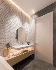 mosaïque-murale-hexagonale-meuble-rangement-bois-clair-miroir-rond