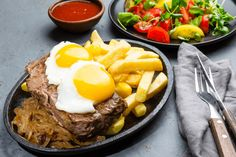 17 of the Tastiest Traditional Chilean Dishes - Amigofoods Chilean Recipes, Jamaican Recipes, Italian Recipes, Chilean Food, South American Dishes, Latin American Food, Latin Food, Fried Onions, Fried Eggs