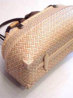工藝竹籠バッグ/公長斎小菅 Bamboo Weaving, Weaving Art, Weaving Patterns, Basket Weaving, Bamboo Basket, Rattan Basket, Basket Bag, Wicker, Bamboo Art