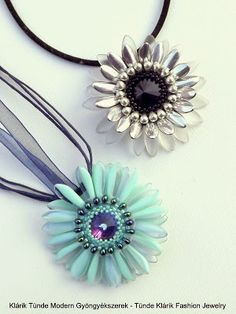 Klárik Tünde Modern Gyöngyékszerek-------------Tünde Klárik Fashion Jewelry: Gerbera - smukke blomster med midte rivoli og daggerblade
