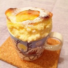 15分で完成〜マグカップスフレ♡  えりこさんレシピありがとうございます♪♪  マグカップにマーガリンを塗って 砂糖を振りかける。 オーブンを190度に余熱。  卵黄1 小麦粉 大1 ヨーグルト 大2 クリチ(kiri)1こ はちみつ 大1 をよく混ぜる。  卵白1 砂糖 大1 をしっかり固めにあわ立てる。  泡を消さないようにさっくり 混ぜ合わせてマグに入れる。  10分焼いたら完成♡  夜食にはボリューミーやったから、 次は小さいココット2個とかで 作ってみたいな*\(^o^)/*