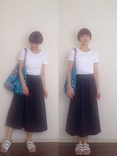 ミモレ丈のスカートにTシャツをインして、きちんと感のあるコーデに仕上げています。
