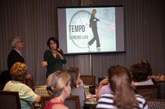 A jornalista Claudia Matarazzo, consultora de etiqueta, moda e comportamento , durante uma palestra para mulheres, acompanhada do cerimonialista e consultor de eventos Mario Ameni