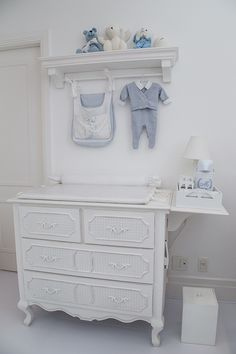 Quarto do bebê de Maria Rudge | Almoço de sexta Light Blue Nursery, Patchwork Baby, Baby Bedroom, Baby Boy Nurseries, Kid Spaces, Nursery Rhymes, Boy Room, Closet, 35