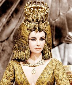 Cleopatra was the last pharaoh of Ancient Egypt. Her romantic liaisons and military alliances, as well as her exotic beauty and powers of seduction, earned her an enduring place in history. She was portrayed by Elizabeth Taylor in the 1963 film Cleopatra. Elizabeth Taylor Cleopatra, Film Elizabeth, Elizabeth Taylor Jewelry, Queen Elizabeth, Cleopatra Costume, Egyptian Costume, Cleopatra Makeup, Egyptian Makeup, Classic Hollywood