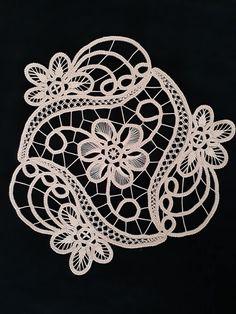 Crochet Flower Hat, Crochet Flower Tutorial, Crochet Lace, Needle Lace, Bobbin Lace, Knitting Stitches, Knitting Socks, Romanian Lace, Hand Embroidery Design Patterns