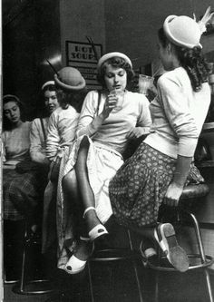 Image uploaded by Analu. Find images and videos about black and white, vintage and retro on We Heart It - the app to get lost in what you love. Moda Vintage, Vintage Mode, Retro Vintage, Vintage Pins, Vintage Black, Pin Up, 1940s Fashion, Vintage Fashion, Fashion Hats