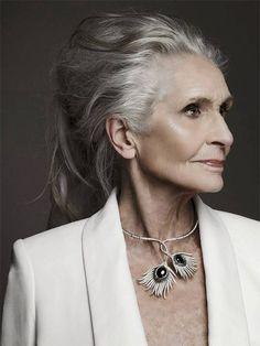 Quem disse que beleza tem idade? Veja exemplos de mulheres com mais de 60 que são referências no mundo da moda. Todo mundo já sabe que as velhas regras da mídia já não se aplicam mais à realidade das mulheres. Dizer que a beleza está nos padrões passarela ou Hollywood já ficou até démodé. Grifes e …