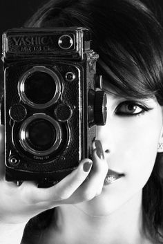 girl with camera photo black and white 25 Girls With Cameras, Old Cameras, Vintage Cameras, Portrait Photography Tips, Photography Camera, Photography Ideas, Robert Frank, Classic Camera, Photo D Art