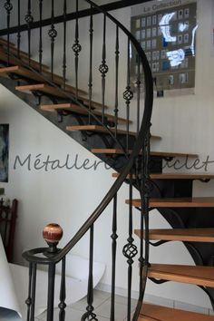 Escalier intérieur balancé fabriqué dans nos ateliers. Mélange bois et fer forgé finition patiné à l'ancienne