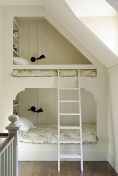 etagenbett design aus holz als kinderzimmeridee für kleines kinderzimmer in weiß